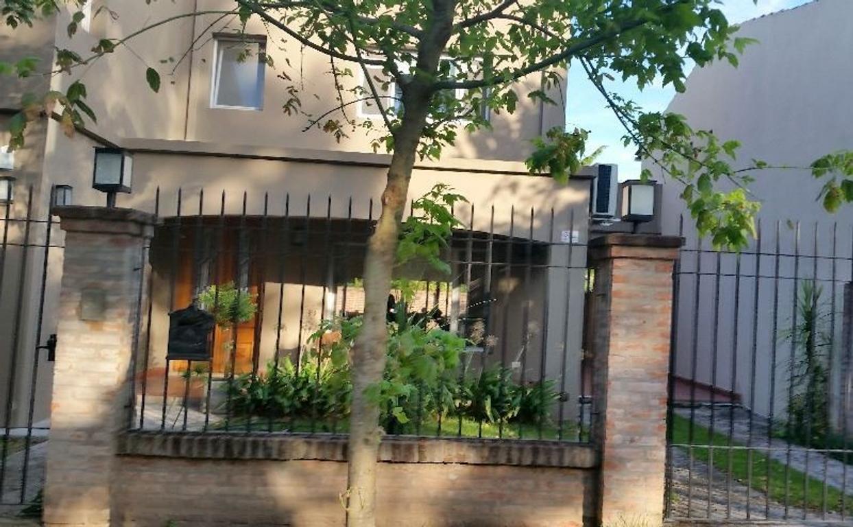 APTO CRÉDITO.MODERNA CASA en Barrio Montecarlo ingreso con vigilancia.