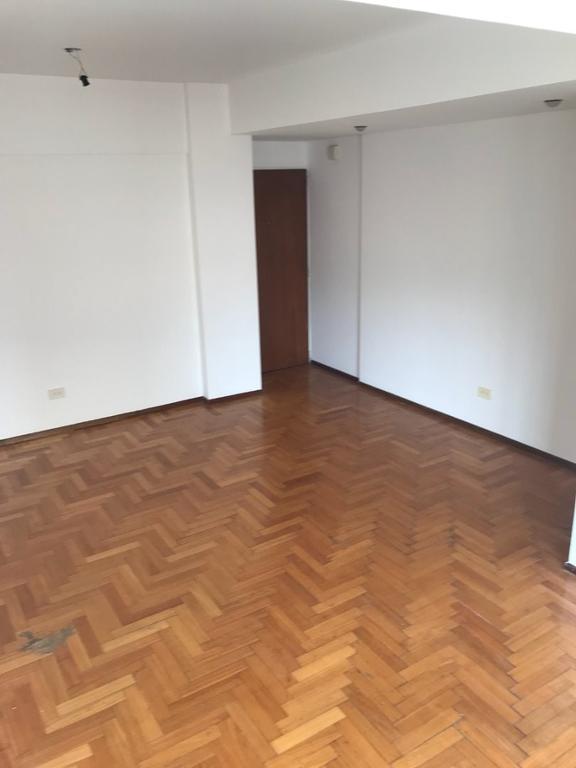 Moderno depto 2 amb Cochera Fija. Living Piso Parquet Dorm c/placard Coc/Comed Lav Indep Balcón